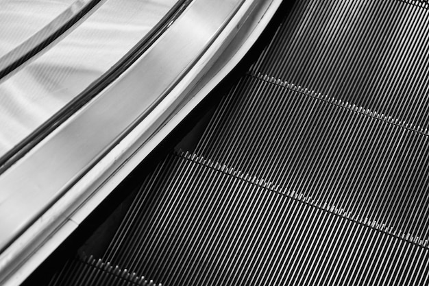 L'escalator roule dans la descente.