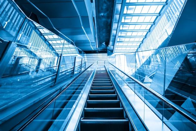 Escalator vers le haut du centre commercial