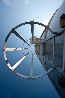 Escalier en acier au silo dans l'usine industrielle