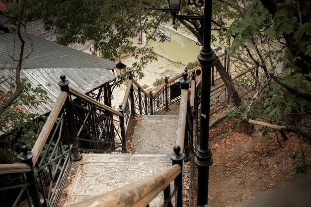 Escalier ancien en bois avec garde-corps