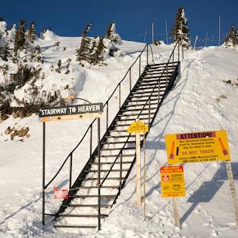 Escalier au paradis sur la montagne enneigée, kicking horse mountain resort, golden, colombie-britannique, cana