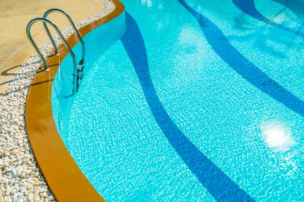 Escalier autour de la piscine dans un hôtel et un complexe