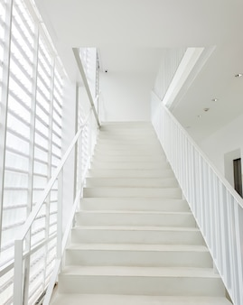 Escalier blanc à l'intérieur d'un bâtiment