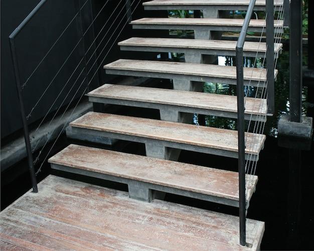 Escalier en bois intérieur dans la maison moderne
