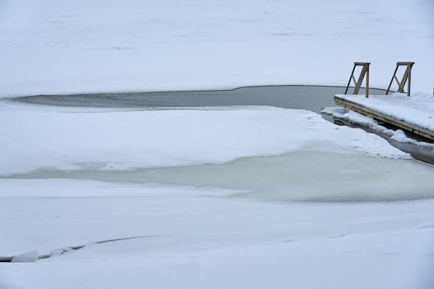 Un escalier en bois menant au trou de glace.