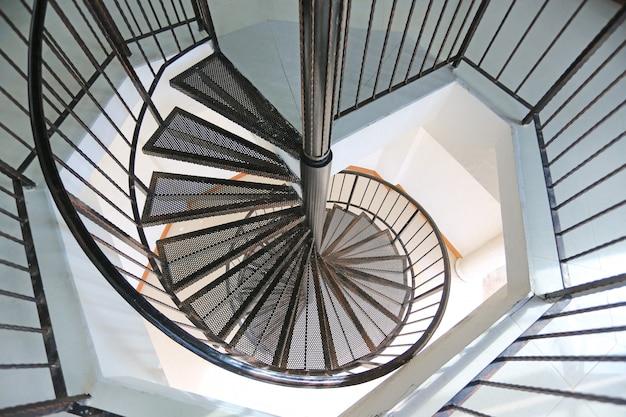 Escalier circulaire en fer métallique.