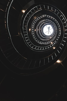 Escalier en colimaçon avec lumière à la fin