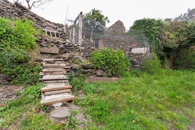Escalier construit avec du ciment et des planches de bois pour accéder au poulailler où les poules pondent leurs œufs