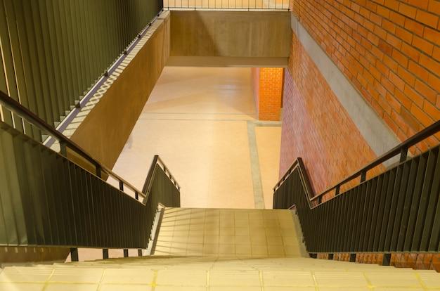 Escalier et couleurs chaudes dans l'ancien bâtiment.