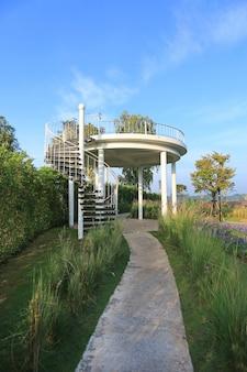 L'escalier courbe au sommet du point de vue de la colline.