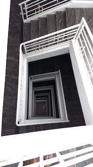 Escalier dans le bâtiment en pierre menant à l'extérieur