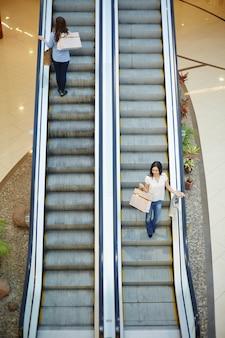 Escalier dans le centre commercial
