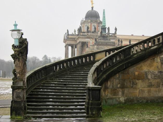 Escalier du palais de sanssouci en hiver. potsdam, allemagne