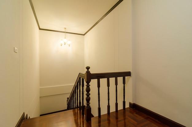 Escalier élégant dans la nouvelle maison