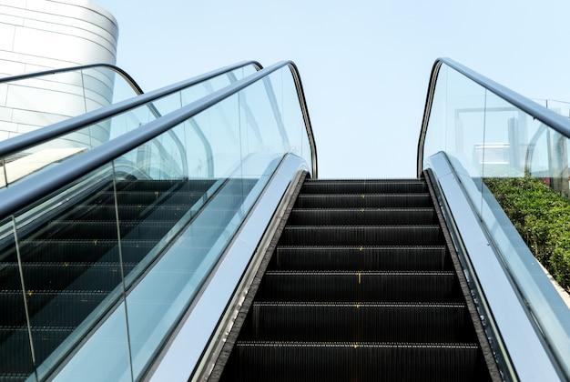 Escalier escalier extérieur de la ville sous le soleil