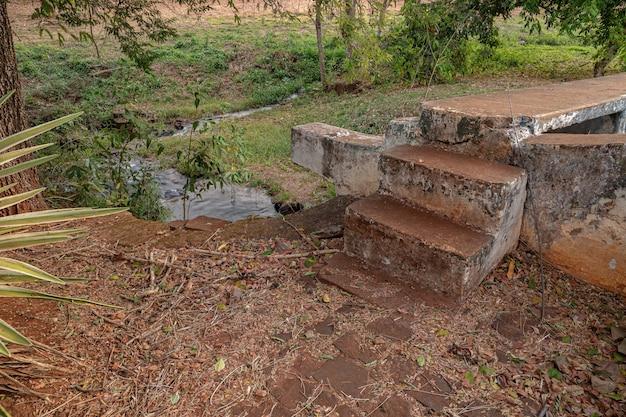 Escalier extérieur de la petite centrale hydroélectrique abandonnée