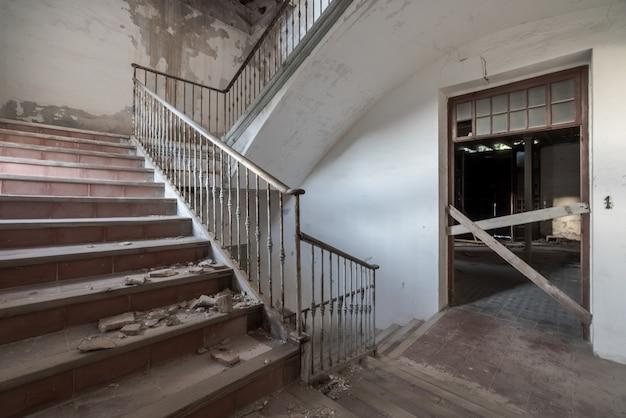 Escalier d'un immeuble abandonné et en ruine