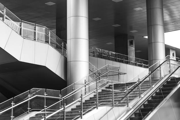 Escalier avec main courante en verre