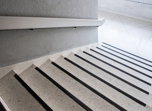 Escalier en marbre blanc avec le rail en métal.