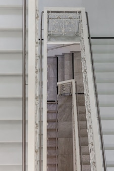 Escalier en marbre avec garde-corps en acier inoxydable dans l'hôtel.