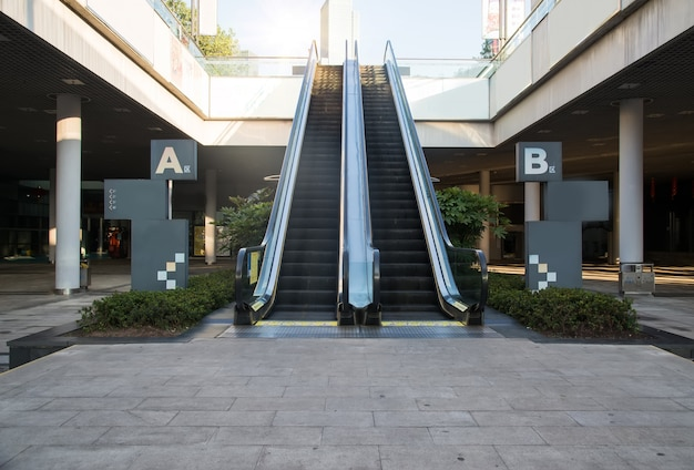 Escalier mécanique moderne dans le centre commercial