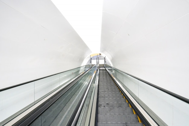 Escalier mécanique moderne dans un centre commercial
