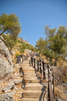 L'escalier menant à la grotte de karain à antalya en turquie