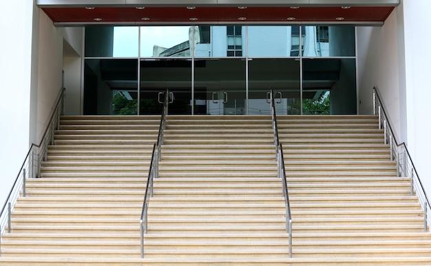 Escalier menant à un immeuble de bureaux