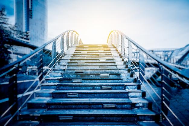 Escalier menant vers des bâtiments modernes