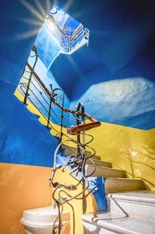 Escalier monumental d'un immeuble moderniste
