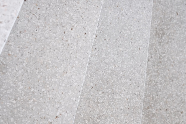 Escalier passerelle et sol en pierre polie terrazzo