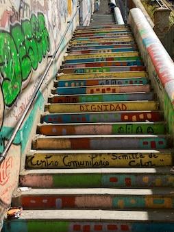 Escalier peint coloré, valparaiso, chili