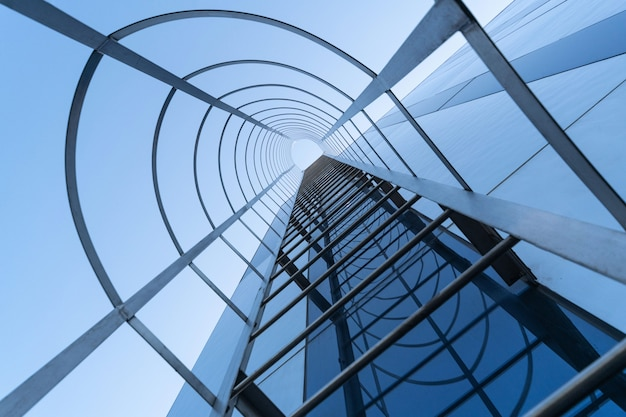 Escalier de secours du centre d'affaires moderne. stairway to heaven . issue de secours d'incendie. vue de dessous
