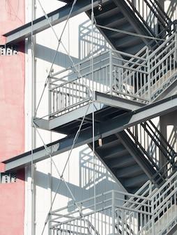 Escalier de secours installé à l'extérieur du bâtiment