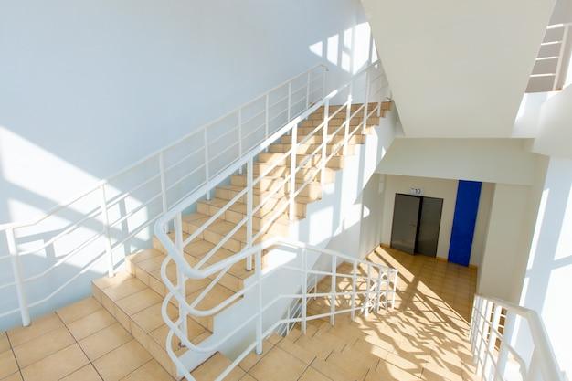 Escalier - sortie de secours à l'hôtel, gros plan, escaliers intérieurs