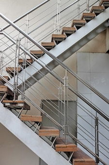Escalier de sortie d'urgence extérieure dans le lieu de travail