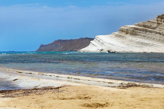 Escalier turc, île de sicile, italie. beau paysage marin avec scala dei tucrhi blanche, mer méditerranée et ciel bleu.