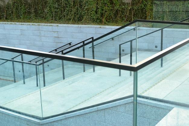 Escalier en verre bleu moderne au jour