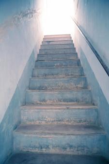 Escalier vers la lumière, métaphore vers le ciel, le blanc éclatant