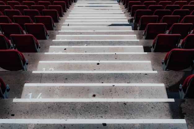 Escaliers en béton dans l'auditorium de l'arène sportive