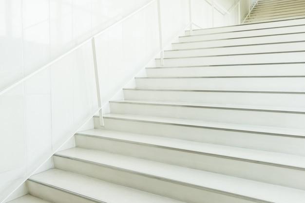 Escaliers blancs floue