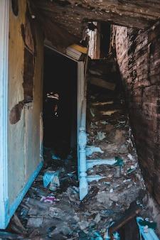 Escaliers en bois bleu dans une maison abandonnée