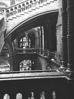 Les escaliers et les couloirs en noir et blanc