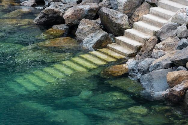 Escaliers dans l'eau et rochers de mutriku