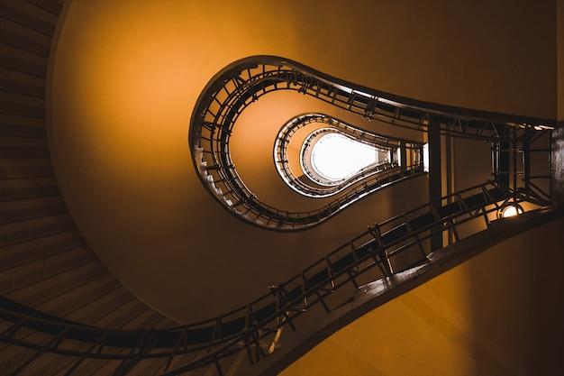 Escaliers dans la maison de la vierge noire, vieille ville de prague