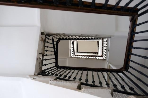 Escaliers d'en haut allant au loin
