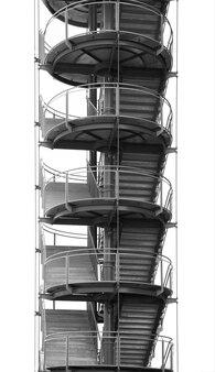 Escaliers incurvés isolés sur blanc