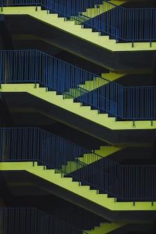 Escaliers jaunes, échelles de secours