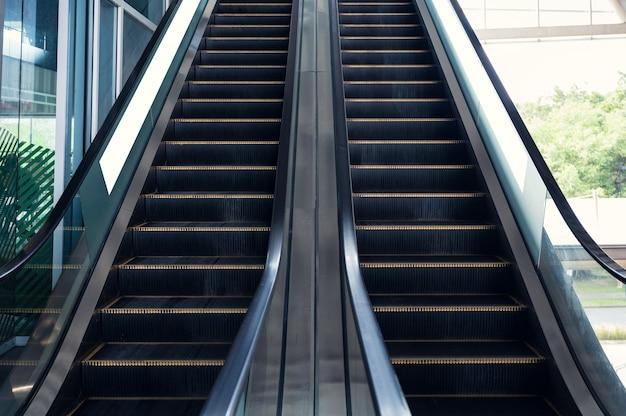 Escaliers Mécaniques Automatiques Avec Balustrade Se Déplaçant De Haut En Bas Photo Premium