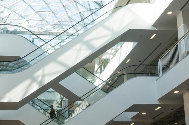 Escaliers mécaniques dans le centre commercial